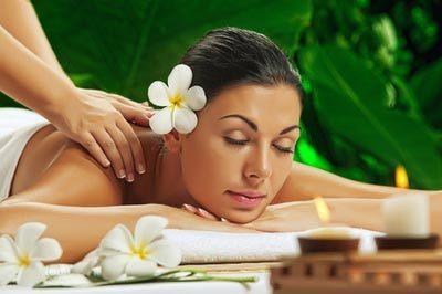 Frau entspannt bei Ganzkörpermassage