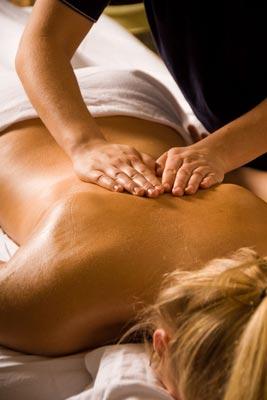 Kundin bei energetischer Rückenmassage