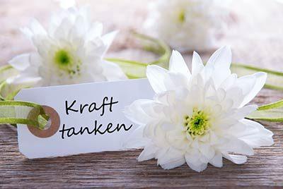 Blume mit Aufschrift: Kraft tanken