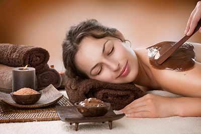 Kundin entspannt bei der Schokoladenmassage