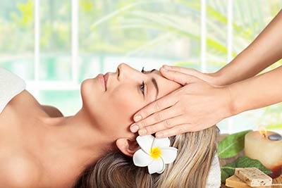 Frau entspannt bei Kopf- & Gesichtsmassage
