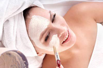 Frau lässt sich im Gesicht kosmetisch behandeln