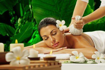 Entspannung während der Kräuterstempel Massage