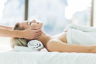 Frau bekommt kosmetische Lymphdrainage