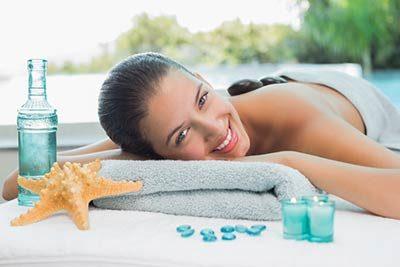Kundin entspannt bei einer Massage