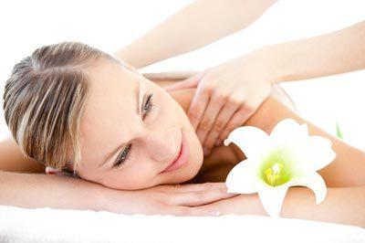 Kundein entspannt bei der Massage