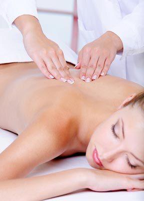 Kundin bei intensiver Rücken- und Nackenmassage