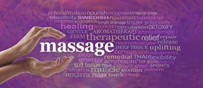 Hände halten die Aufschrift Massage. healing, therapie, energy etc