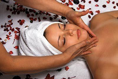 Frau entspannt bei der Kopf- & Gesichtsmassage